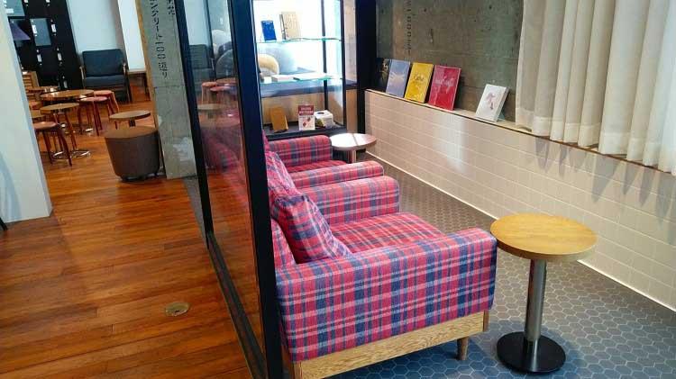ソファ席|本と出合うための本屋。「文喫 BUNKITSU」(六本木)