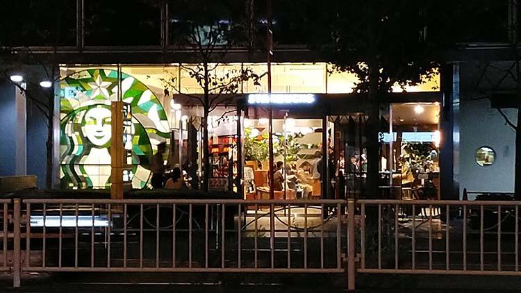 スタバ新店舗にステンドグラスの「海の女神 セーレーン」登場!(新田町ビル店)の配色